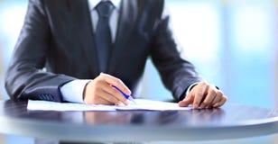 Scrittura umana della mano su una carta. Fotografie Stock Libere da Diritti