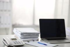 Scrivania che una pila di rapporti della carta per computer funziona Fotografia Stock Libera da Diritti