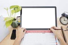 Scrivania moderna con funzionamento ed il pianificatore della mano di affari Fotografia Stock