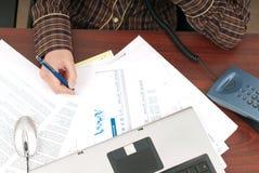 Scrivania in pieno di lavoro di ufficio Immagini Stock Libere da Diritti