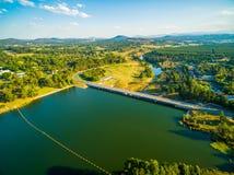 Scrivano Dam fra il grifone di Burley del lago ed il fiume di Molonglo Fotografia Stock