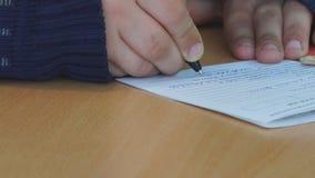 Scrive la penna su carta stock footage