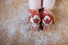 Scrivendo ad un pan di zenzero di 2018 farine l'arte dolce di Natale di simbolo progetti le figure decorazione della mano del nuo Fotografia Stock Libera da Diritti