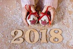 Scrivendo ad un pan di zenzero di 2018 farine l'arte dolce di Natale di simbolo progetti le figure decorazione della mano del nuo Fotografia Stock