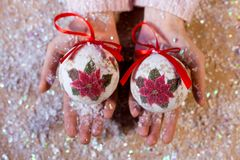 Scrivendo ad un pan di zenzero di 2018 farine l'arte dolce di Natale di simbolo progetti le figure decorazione della mano del nuo Immagine Stock Libera da Diritti
