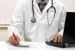 Scrivendo ad una prescrizione le note dell'esame medico Fotografia Stock Libera da Diritti