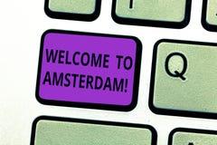 Scrivendo benvenuto di rappresentazione della nota ad Amsterdam La foto di affari che montra il saluto qualcuno visita la capital fotografia stock