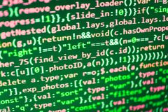 Scrivendo codice di programmazione sul computer portatile immagine stock libera da diritti