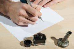Scrivendo con la fine della piuma su Fotografie Stock Libere da Diritti