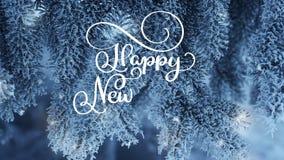Scrivendo l'iscrizione bianca di calligrafia di animazione del buon anno mandi un sms a sul fondo dell'albero di abete della neve video d archivio