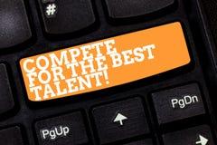 Scrivendo la rappresentazione della nota competi per il migliore talento Foto di affari che montra concorrenza determinare chi è  immagine stock libera da diritti