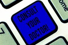 Scrivendo la rappresentazione della nota consulti il vostro medico Montrare della foto di affari va a qualcuno cui abbia studiato immagini stock libere da diritti
