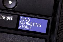 Scrivendo la rappresentazione della nota invii il email commercializzante Foto di affari che montra ottimizzazione dei consumator immagine stock libera da diritti