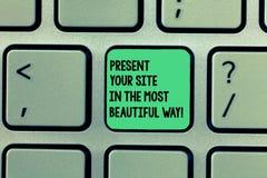 Scrivendo la rappresentazione della nota presenti il vostro sito nel modo più bello Montrare della foto di affari crea un bello s immagini stock libere da diritti