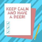 Scrivendo la rappresentazione della nota tenga la calma ed abbia una birra Foto di affari che montra Relax per godere di una beva illustrazione di stock