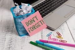 Scrivendo la rappresentazione Don T della nota dimentichi Montrare della foto di affari usato per ricordare qualcuno circa un fat fotografie stock