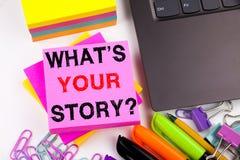Scrivendo mostrando a domanda che cosa è la vostra storia fatta nell'ufficio con la penna di indicatore del computer portatile di Immagini Stock Libere da Diritti