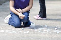 Scrivendo nel cortile della scuola immagini stock libere da diritti
