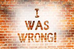 Scrivendo a nota che mostra ero sbagliato Foto di affari che montra accettazione di un errore di errore che dà un guasto di scuse fotografie stock libere da diritti