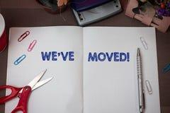 Scrivendo a rappresentazione della nota la VE ci siamo mossi La foto di affari che montra per andare da una residenza o la posizi immagini stock
