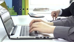 Scrivendo su un computer portatile, scrivente calcola dentro stock footage