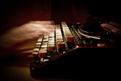 Scrivendo su una macchina da scrivere d'annata Immagine Stock