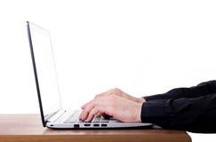 Scrivendo sul computer portatile moderno Fotografie Stock Libere da Diritti