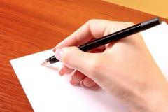 Scrivendo sul documento in bianco Fotografie Stock Libere da Diritti