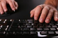Scrivendo sul keyboart Immagine Stock