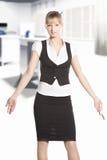 Scrollare le spalle donna all'ufficio Fotografie Stock Libere da Diritti