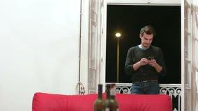 Scrolling Przez telefonu Podczas gdy Dymiący zdjęcie wideo
