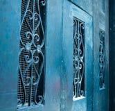Scrollwork στις μπλε πόρτες κιρκιριών Στοκ Εικόνα