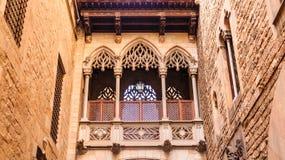 Scrollwork sul vecchio balcone della chiesa Fotografia Stock