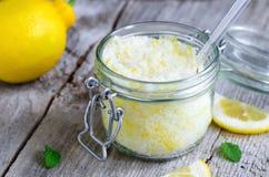 Scrub a fait du sel de mer, de la peau de citron et du jus de citron Images libres de droits