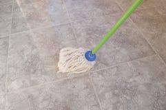 Scrubbing с mop Стоковое Изображение RF