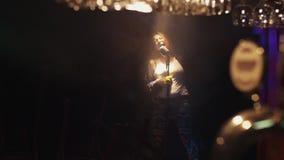 Scrubwoman canta in scena in microfono d'annata sotto il riflettore Fumo grido stock footage