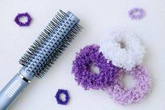 Scrunchy para o cabelo grande e pequeno com pente fotos de stock