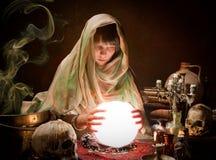 Scrying com uma esfera de cristal Foto de Stock Royalty Free