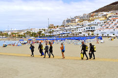 Scuba divers on the beach walking to the sea Royalty Free Stock Photos