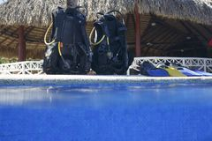 Scuba diving lesson. Scuba on the edge of the pool stock photography
