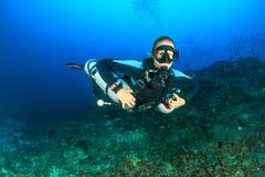 Scuba-duiker die sidemount tanks met behulp van royalty-vrije stock afbeeldingen