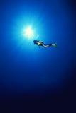 Scuba-duiker in het diepe water. Stock Afbeeldingen