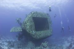 Scuba-duikers die een schipbreuk onderzoeken Royalty-vrije Stock Fotografie