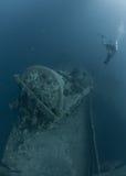 Scuba-duikers die Schipbreuk SS Thistlegorm onderzoeken stock fotografie