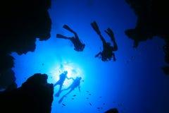 Scuba-duikers en Canion Stock Afbeelding