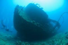 Scuba-duikers op een grote schipbreuk Stock Afbeelding