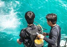 scuba-uitrustingsbestuurder die in overzees voor scuba-uitrustings drijfexamen bij Samaesarn-Eiland voorbereidingen treffen te sp stock foto