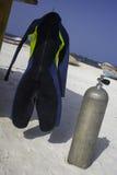 Scuba-uitrustingstoestel door vissersboten dichtbij het Caraïbische overzees Stock Foto's