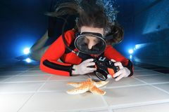 Scuba woman with camera Royalty Free Stock Photos