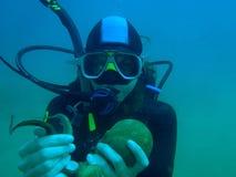 Scubadiver hållande bläckfisk Royaltyfri Bild